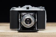 Den gammala retro kameran på trätappning stiger ombord arkivfoton