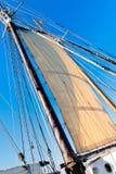 Den gammala Schoonermasten, seglar och Rope Royaltyfri Foto