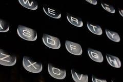 Den gammala skrivmaskinen skrivar Arkivbild