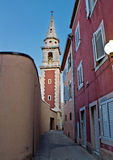 Gammal smal gata i Zadar Arkivfoto