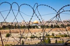 Den gammala staden av Jerusalem som ses till och med coils royaltyfri foto