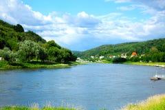 Den gammala staden på floden Elbe royaltyfri bild