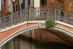 Den gammala stenen överbryggar i Venedig. Royaltyfri Bild