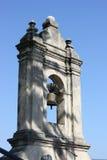 Den gammala stenen sätta en klocka på står hög Royaltyfri Fotografi