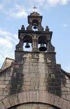Den gammala kristen sätta en klocka på står hög Royaltyfri Bild