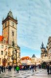 Den gammala townen kvadrerar med turister i Prague Fotografering för Bildbyråer