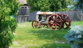 Den gammala traktoren Arkivbild