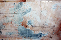 Den gammala väggen med den pappers- tidigare affischen lappar Royaltyfri Fotografi