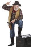 Den gammala västra cowboyen lutar framåtriktat att peka upp Royaltyfri Fotografi