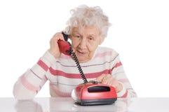 Den gammalare kvinnan talar på telefonen Royaltyfri Foto