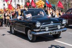 Den gammalmodiga bilen GAZ-21 deltar ståtar in Royaltyfri Foto