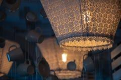 Den gammalmodiga textillampskärmcloseupen med snör åt flätad trådkanten Sjaskig chic lampdekor royaltyfria bilder