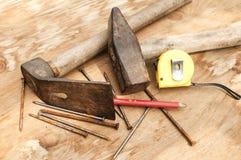 Den gammalt hammaren, adzen och rostigt spikar Royaltyfri Fotografi