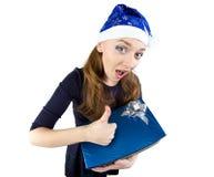 Den ganska tillfredsställda flickan mottog gåvan Arkivbild