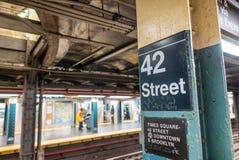 den 42. gatan undertecknar in den New York City gångtunnelen Arkivfoton