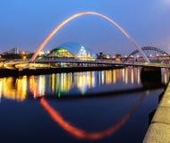 Den Gateshead milleniumbron och visa mannen fotografering för bildbyråer