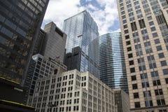 den Gebäuden und dem Fensterputzer oben betrachten Stockbild