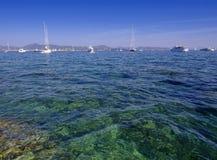 Den generiska platsen av havet eller havet och seglar fartyg Arkivbilder