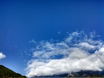 Den genomdränkta blåa himlen Arkivbilder