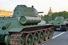 Den genomsnittliga sovjet tankar closeupen T-34-85 på bakgrunden av St Royaltyfri Bild
