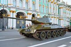 Den genomsnittliga sovjetiska behållaren T-34-85 på bakgrunden av vintern Arkivbild