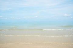 Den Gentel vågen och kusten bryter på den sandiga stranden Royaltyfria Foton