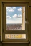 Den geometriska fönsterperspektivsikten förbiser utomhus byggande Apa Arkivbilder