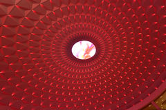 Den geometriska modellen på cirkuläröverkant av modern byggnad tände vid röda ledde ljus, landskapbelysning Arkivfoton