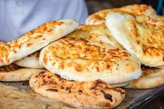 Den georgiska traditionella maträttkhachapurien, bakelselägenhetkaka ost-fyllde bröd som stektes på gallret, BBQ Ny varm smaklig  royaltyfria bilder
