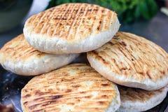 Den georgiska traditionella maträttkhachapurien, bakelselägenhetkaka ost-fyllde bröd som stektes på gallret, BBQ Ny varm smaklig  arkivfoton