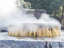 Den GeyserHot Springs gränsmärket på offentliga Raksawarin parkerar i Ranong, Arkivbilder