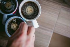 Den gifta mannen med en cirkel på hennes finger, bryggar ditt morgonkaffe på frukosten för hennes familj Royaltyfri Fotografi