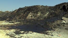 Den giftliga avfallsen för tidigare förrådsplats, effektnatur från kontaminerad jord och vatten med kemikalieer och olja som är m stock video