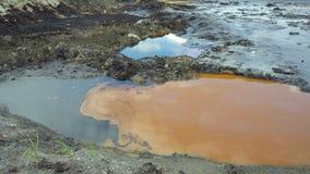 Den giftliga avfallsen för tidigare förrådsplats, effektnatur från kontaminerad jord och vatten med kemikalieer och olja som är m arkivfilmer