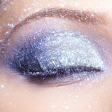 Den glänsande kvinnan synar makeup Arkivbilder