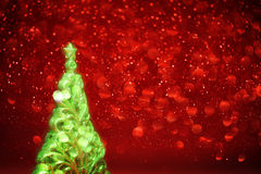 Den glödande julgranen och röda ljus gör sammandrag backgro Arkivfoton