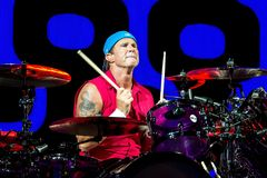 Den glödheta Chili Peppers musikmusikbandet utför i konsert på FIB festivalen arkivfoto