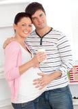 den glada glass holdingen mjölkar gravid kvinna Royaltyfri Bild