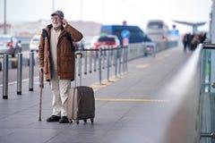 Den glade åldriga mannen har angenäm konversation royaltyfria bilder