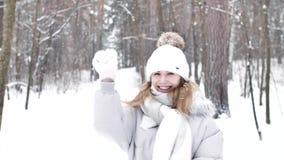 Den glade aktiva kvinnan kastar kastar snöboll vinter för blommasnowtid stock video