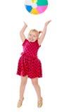 Den glade lilla flickan hoppar högt för en uppblåsbar fotografering för bildbyråer