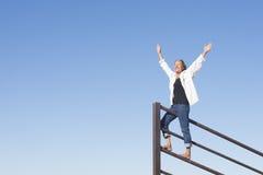 Den glade mogna kvinnan med armar up utomhus- royaltyfria bilder