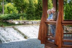 Den glade mogna maken och frun som in vilar, parkerar Royaltyfria Foton