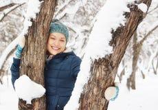 Den glade nätta flickan har gyckel i vinter att parkera Fotografering för Bildbyråer