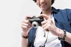 Den glade unga mannen beundrar hans bilder Arkivbild