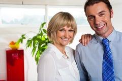 Den gladlynt affären kopplar ihop i deras nya kontor Royaltyfri Foto
