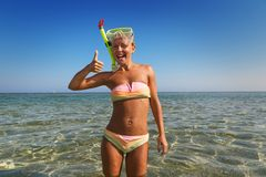 Den gladlynt kvinnan som ha på sig snorkeling, maskerar Arkivbilder