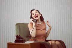 Den gladlynt kvinnan som talar på, ringer Royaltyfria Bilder