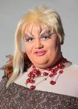 Den gladlynt manen, transvestit, i ett kvinnligt passar Arkivbild