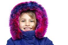 Den gladlynt ung flicka i hooded pälsfodrar klår upp Royaltyfri Bild